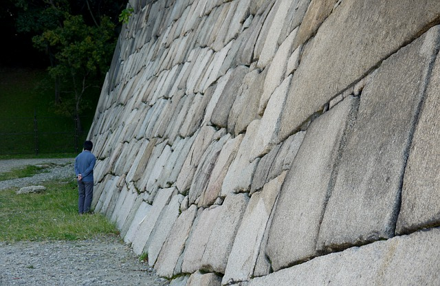 muž, betonová zeď