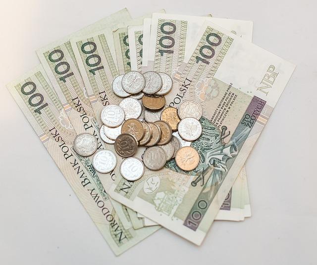vějíř bankovek s mincemi
