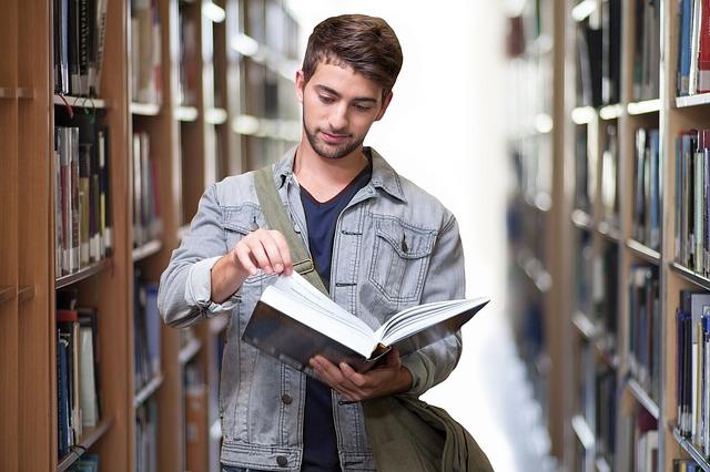 mladík v knihovně.jpg