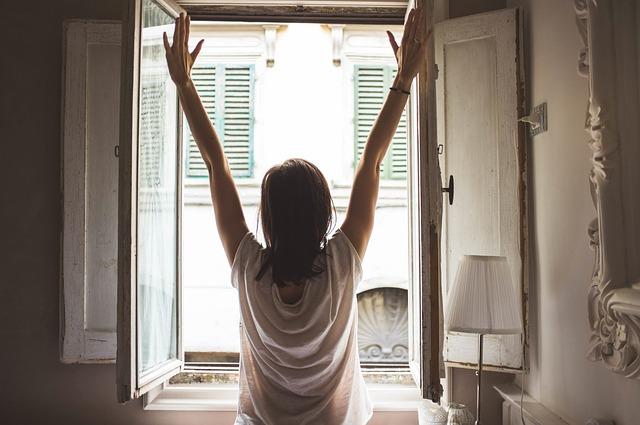 dívka u otevřeného okna