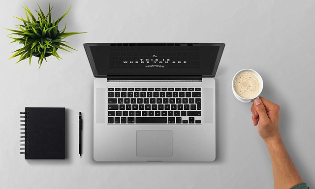laptop a káva