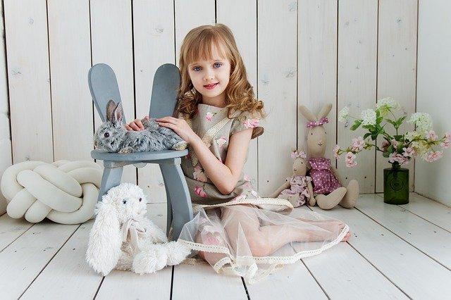 dítě, které se dosud zabavuje jen hračkami