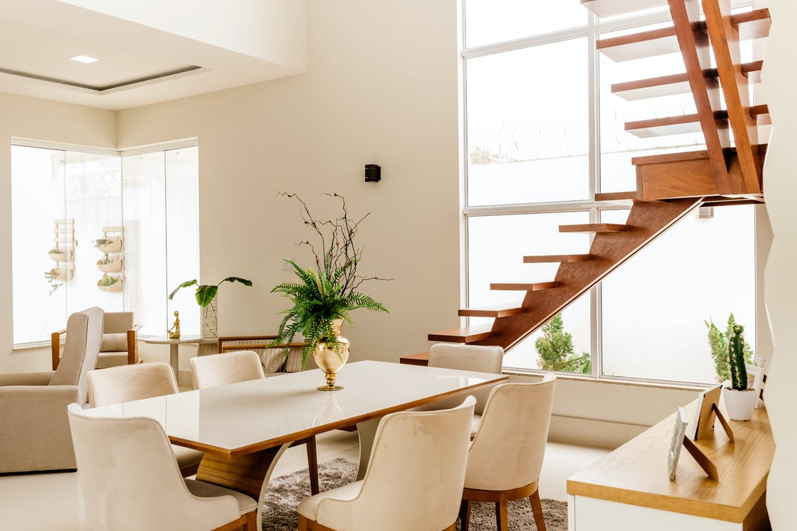 interiér, židle stůl, schody